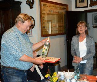 Der Vorsitzende Klaus Lütkebohmert freut sich über das Gastgeschenk