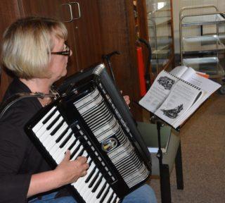 Birgit Baumeister begleitete den Gesang