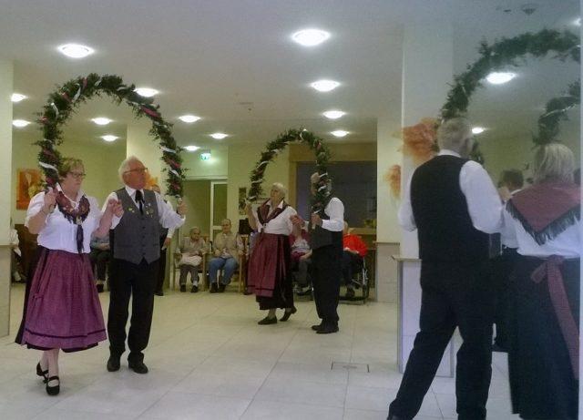 Mit dem Bogentanz eröffnete die Tanzgruppe vom Heimatverein Marbeck den Nachmittag