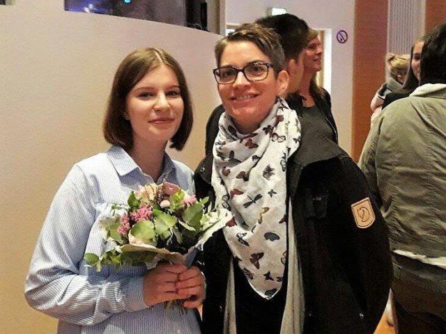 """Die """"frischgebackenene"""" Altenpflegerin Lena Haverott mit ihrer Praxisanleiterin Tatjana Haussmann re."""